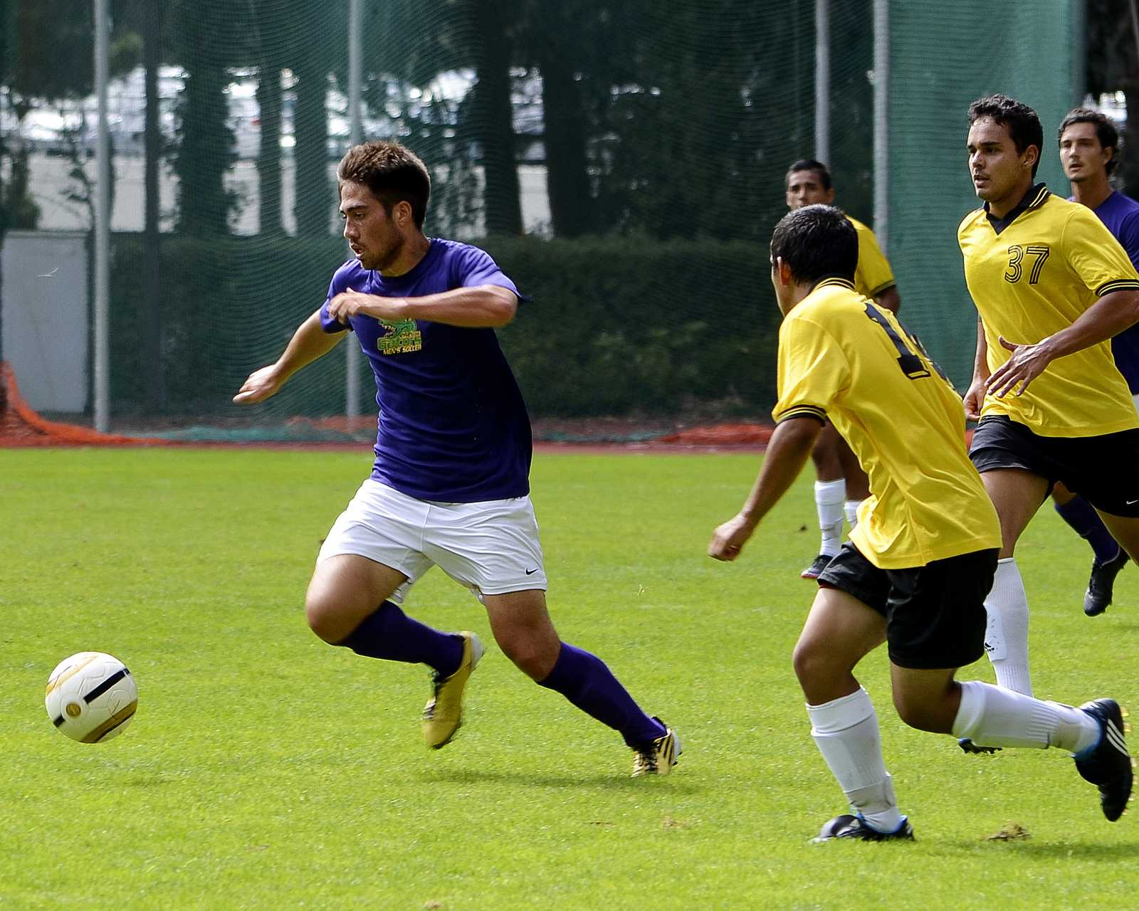 Renan Silva keeps his eyes on the ball during a scrimmage at SF State on Aug. 29  against College of Marin. SF State won the scrimmage. Photo by Amanda Peterson / Xpress