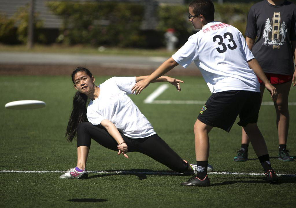 Brianna+Bright+throws+the+frisbee+to+her+teammate+during+SFSU%27s+Ultimate+Frisbee+team%27s+practice+on+the+West+Campus+Green+Friday%2C+April+10.+%28Emma+Chiang+%2F+Xpress%29