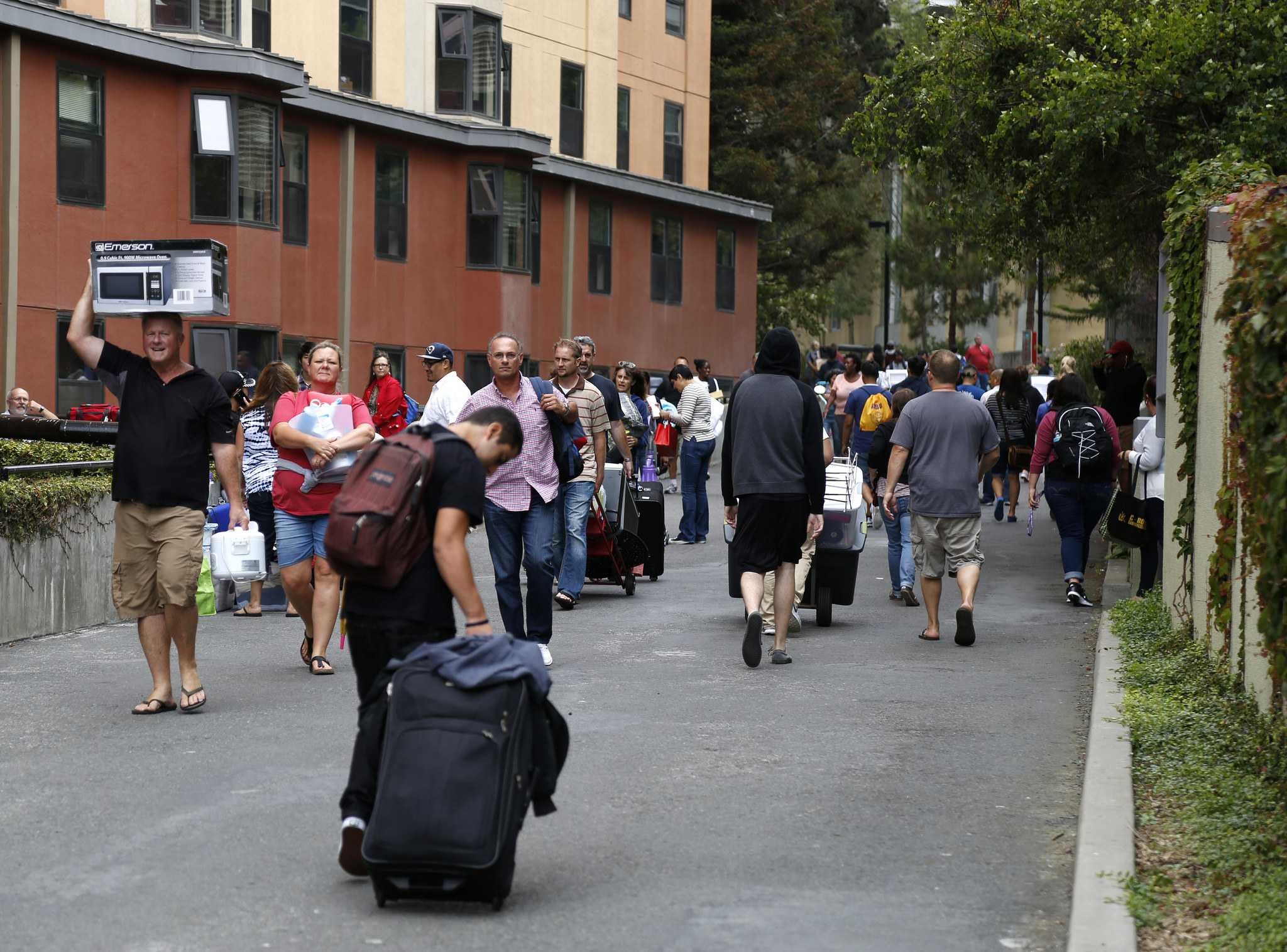 Freshman and their parents fill the walk ways to the dorms on move in day Thursday Aug. 20 at SF State. (Emma Chiang / Xpress)