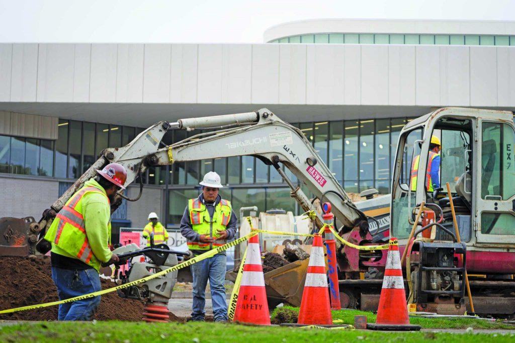 Construction takes place in front of the Mashouf Wellness Center off Font Boulevard at SF State University on Tuesday, Aug 15, 2017. (Sarabeth Maney/Golden Gate Xpress)