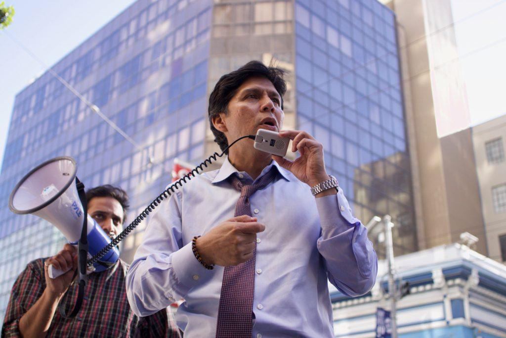 Sen. Kevin de Leon speaks during a strike outside the Marriott Marquis in downtown San Francisco on Monday, October 15, 2018. (Oscar Rendon/Golden Gate Xpress)