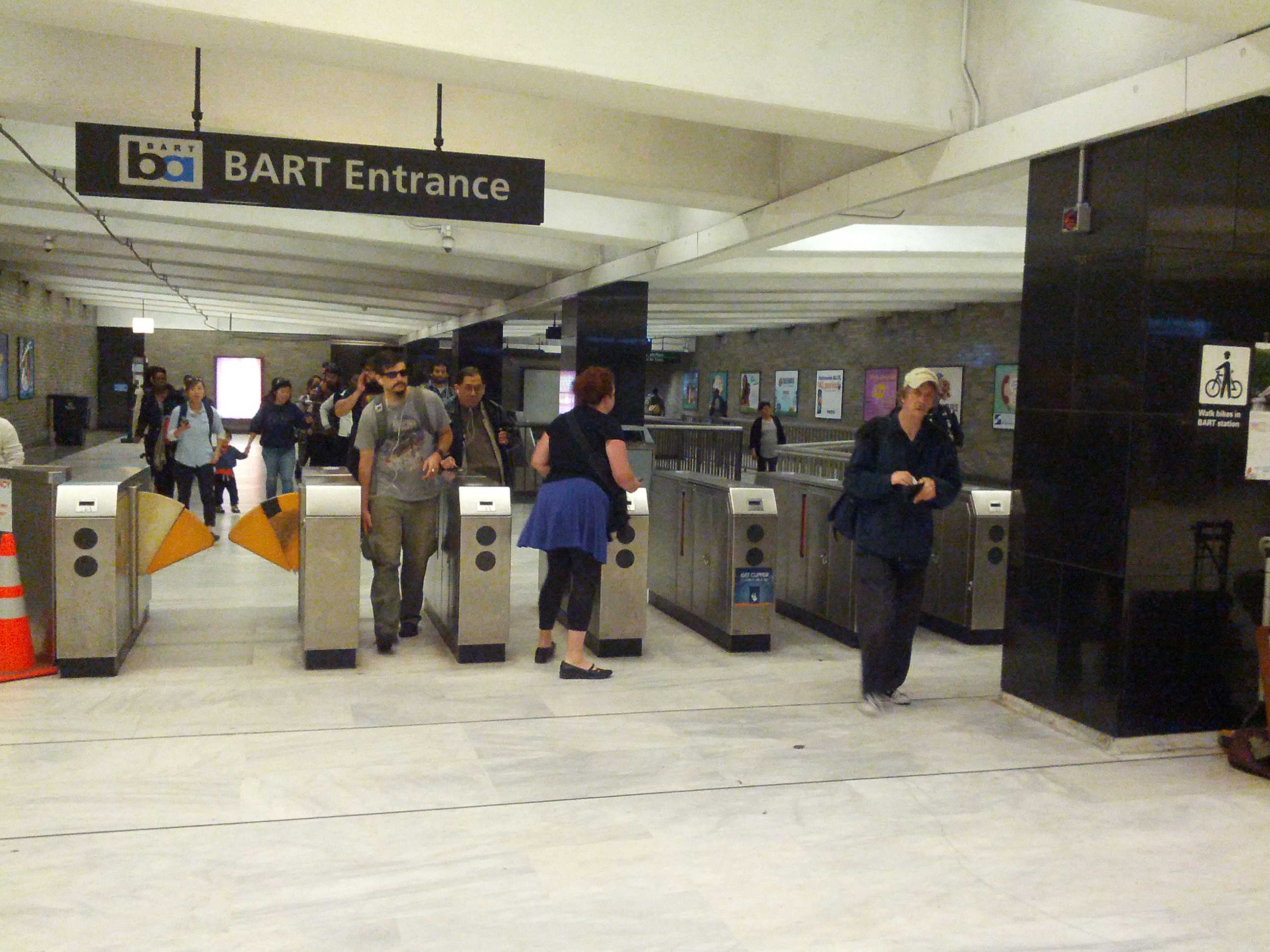 BART power outage stalls trains for hours