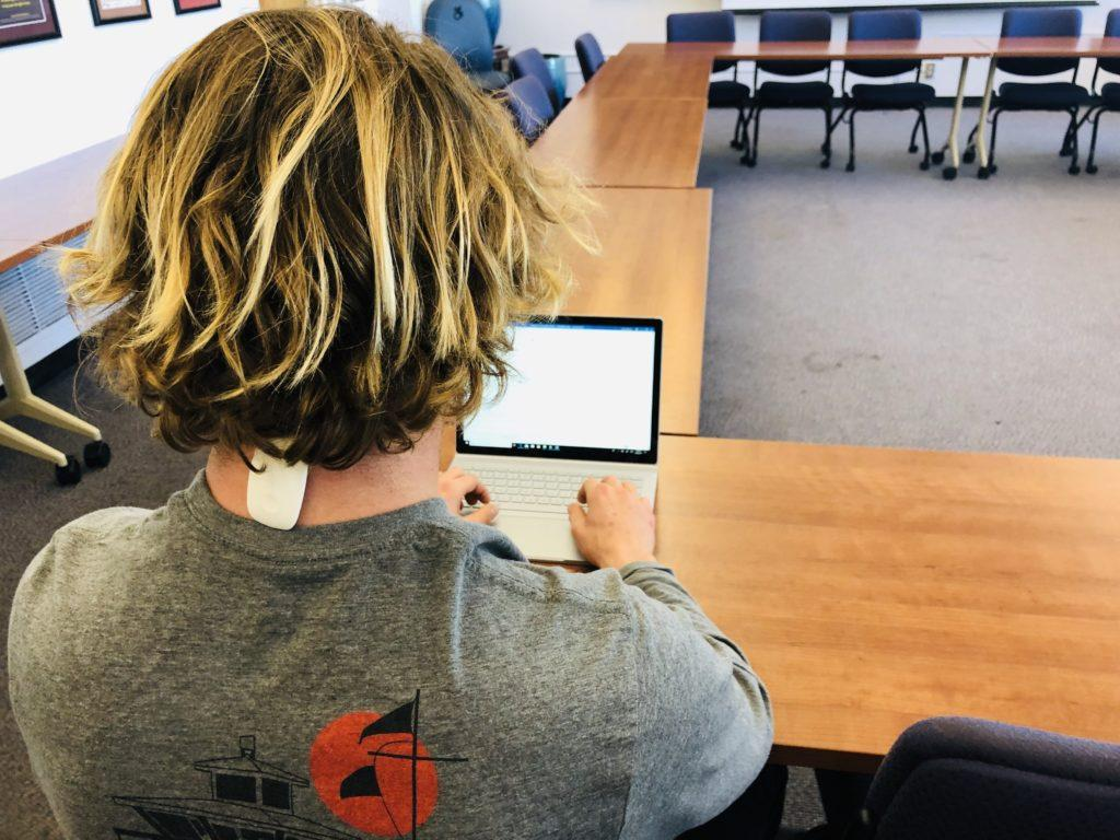 Economics major John Chetwynd wears the Upright GO device to monitor his posture while studying on March 5, 2019. (GEOFFREY SCOTT/ Golden Gate Xpress.)