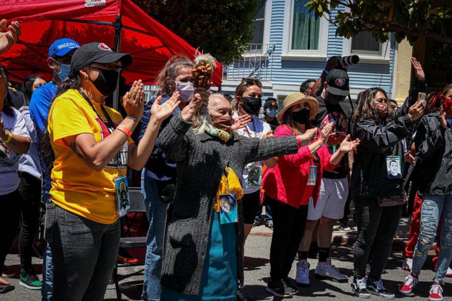 Dolores López, abuela de Sean Monterrosa baila durante el Día de Tucan, un evento público celebrado en honor a Sean Monterrosa, cerca de Holly Park, en San Francisco, California, el 12 de junio de 2020.