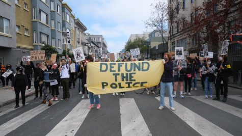 Protesters march to the Tenderloin SFPD station on Eddy street. (Jacquelyn Moreno/ Golden Gate Xpress)