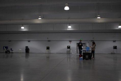 Trabajadores de las urnas esperan que los votantes en el edificio  Annex el cual se usó como espacio de votación en SF State el 3 de noviembre, 2020. (Katherine Burgos / Golden Gate Xpress)