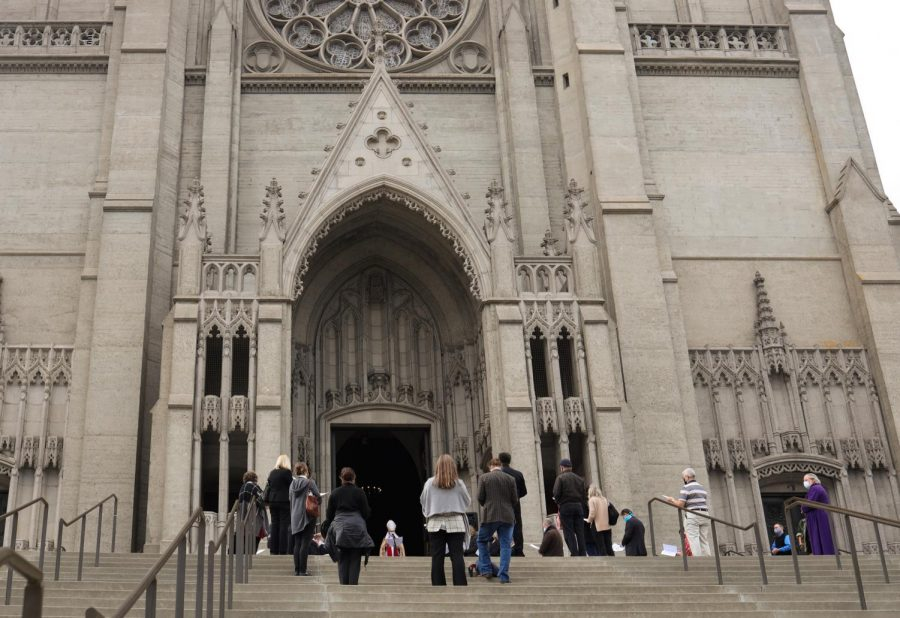 Parishioners of Grace Cathedral attend Sunday mass service on the steps of the Nob Hill cathedral in San Francisco on Dec. 6, 2020. (Dyanna Calvario / Golden Gate Xpress)