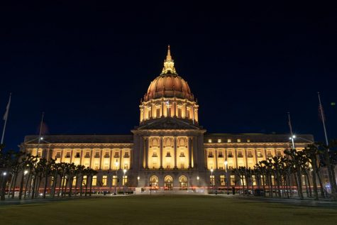 San Francisco City Hall lit a warm yellow color reminiscing a candlelight for the national commemoration of COVID-19 victims on Tuesday. According to the Johns Hopkins Coronavirus Resource Center, over 400,000 Americans have died from the virus as of Tuesday. (Jun Ueda / Golden Gate Xpress)