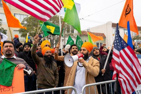 Nearly 100 Sikh Americans — mostly unmasked — met around the Consulate General of India located in the Richmond District on Tuesday. Peaceful protesters gather to oppose the new farmer bill that will make agricultural practices privatized, putting the majority of farmers in the country at risk. (Jun Ueda / Golden Gate Xpress)