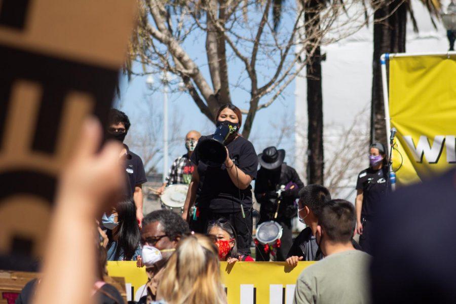 An organizer of the event leads a chant at the Embarcadero Plaza. (Sebastian Miño-Bucheli / Golden Gate Xpress)