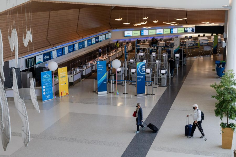 Passengers+walk+toward+the+security+checkpoint+at+Terminal+2+in+SFO+on+April+2.+Foot+traffic+in+departure+terminals+were+sparse+throughout+the+day+keeping+security+lines+short.+%28Jun+Ueda+%2F+Golden+Gate+Xpress%29